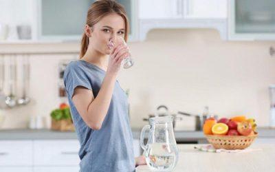 uống hai lít nước mỗi ngày