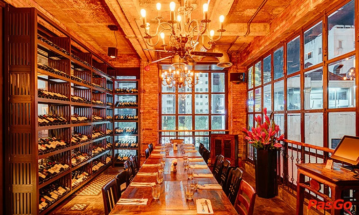Hơn cả một nhà hàng bít tết hiện đại, EL còn hướng đến dịch vụ quán bar với các loại rượu.