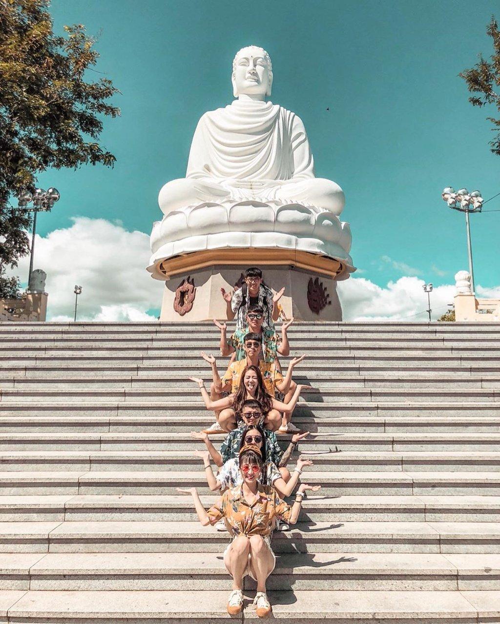 hùa Long Sơn hay còn gọi là Chùa Phật trắng, tọa lạc ở dưới chân núi Trại Thủy, ngay trung tâm thành phố Nha Trang. Chùa được xây dựng cách đây hơn trăm năm, được xem là địa điểm du lịch tâm linh nổi tiếng. Ngôi chùa Nha Trang này nổi bật với tượng Phật Thích Ca màu trắng, cao 24m, đường kính đài sen rộng 10m, uy nghi trong tư thế tọa thiền giữa bầu trời.