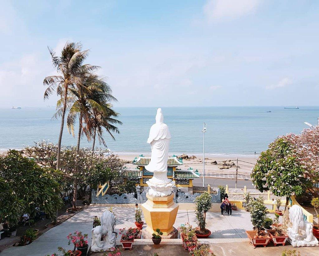 Chùa Quan Âm Nam Hải nằm trên vùng đất cao, mặt hướng ra biển, là ngôi chùa sở hữu địa thế đẹp nhất trong số những chùa ở Nha Trang. Đến với chùa Quan Âm Nam Hải du khách sẽ cảm nhận được sự thư giãn trọn vẹn. Đứng trong sảnh chùa, du khách sẽ thu vào tầm mắt hàng trăm dặm biển xa, cảm nhận từng cơn gió lùa vào hòa quyện với mùi trầm hương khoan khoái.