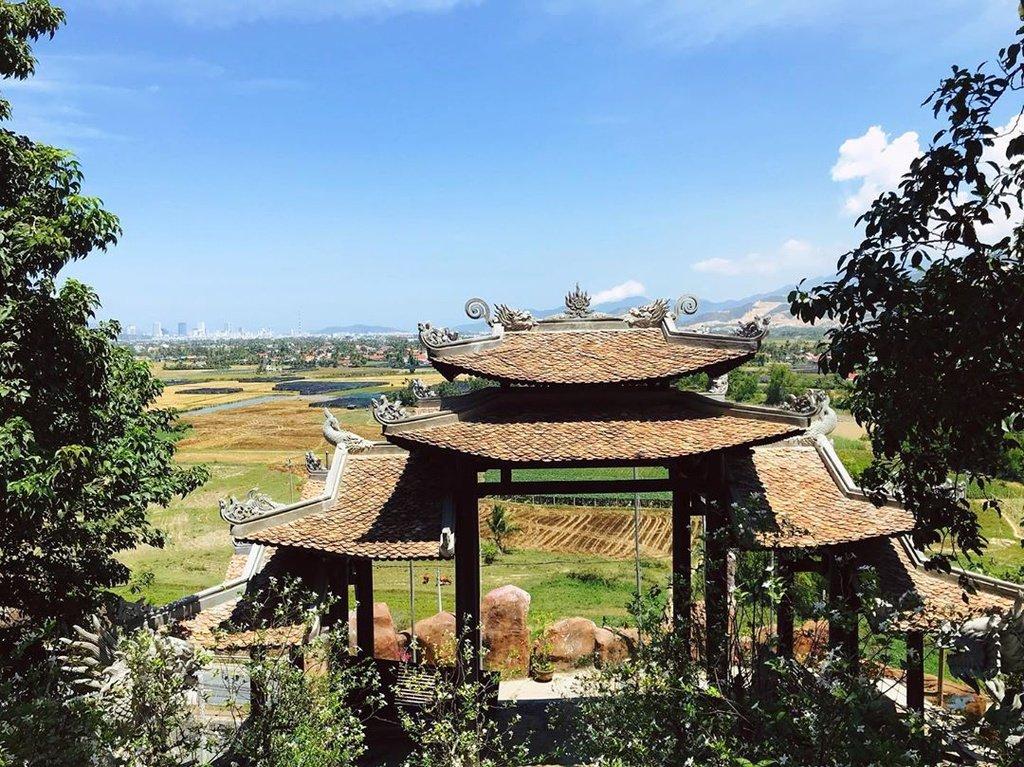 Không chỉ là địa điểm tâm linh nổi tiếng, chùa Tòng Lâm còn sở hữu phong cảnh yên bình, thanh tịnh. Từ đây, du khách có thể ngắm trọn cảnh đất trời, non nước trùng điệp xung quanh.