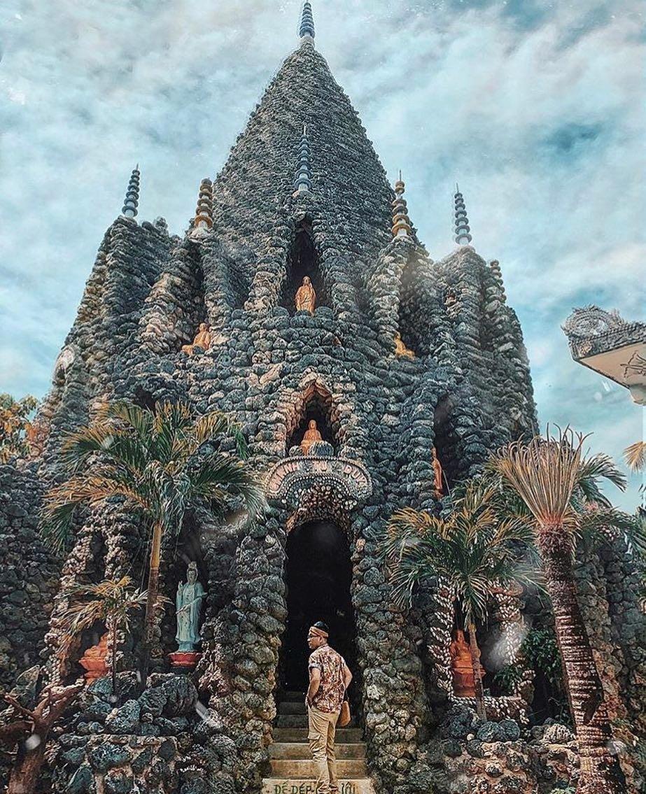 Chùa Ốc hay còn gọi là chùa Từ Vân, là công trình kiến trúc độc đáo, được xây dựng và trang trí từ nhiều loại đá san hô, vỏ sò, vỏ ốc,… Điểm nhấn của chùa Ốc là tháp Bảo Tích cao gần 40m, đây cũng là điểm thu hút du khách thập phương bởi các chi tiết hoa văn tỉ mỉ, kỳ công.