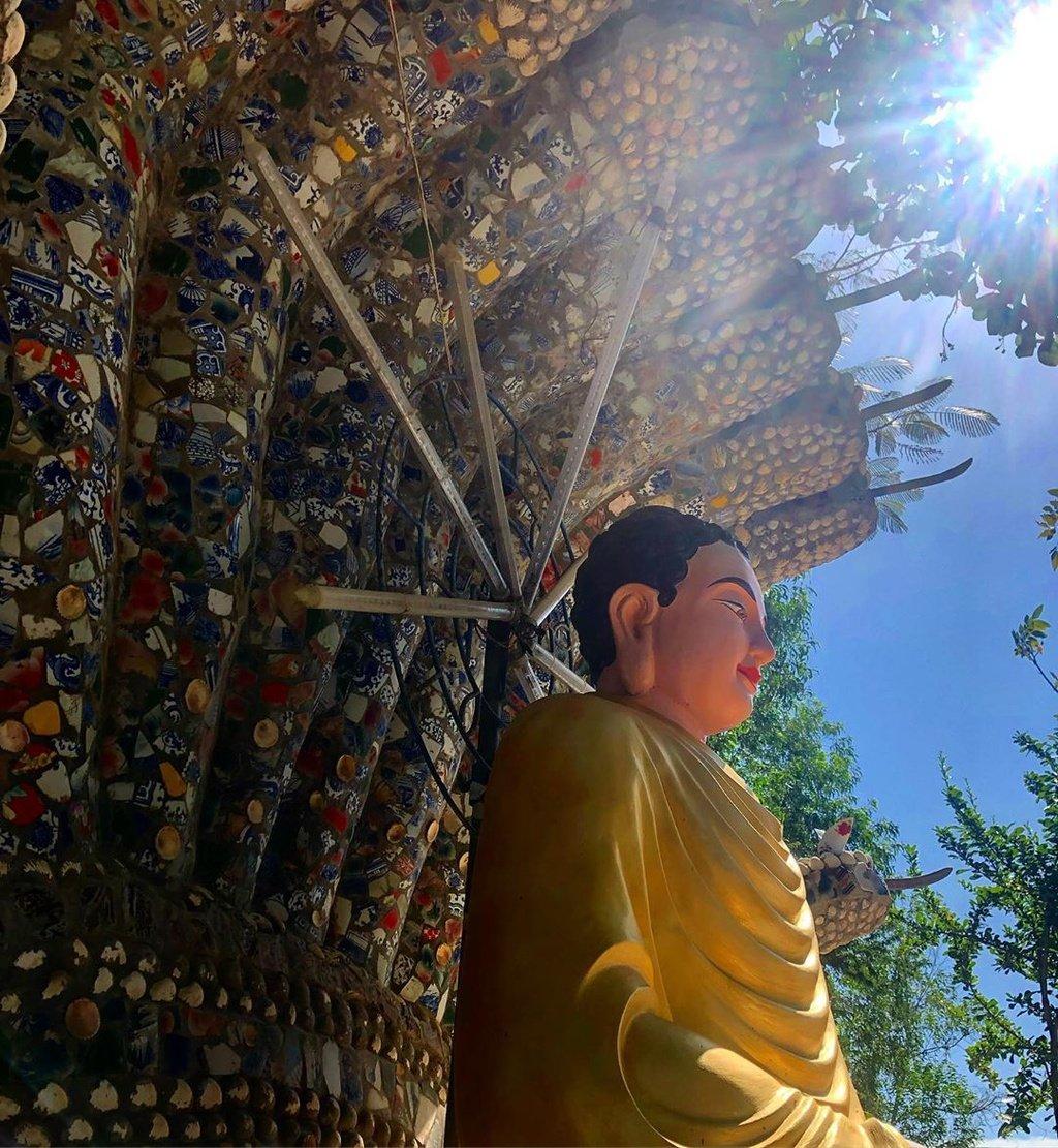 Không chỉ thu hút phật tử đến hành hương, ngôi chùa còn là điểm tham quan hấp dẫn với khách du lịch. Bước chân vào chùa, bạn có thể cảm nhận được bầu không khí trong lành, thanh tịnh và yên bình. Lối đi từ cổng đến chánh điện có tượng Phật lớn, hai bên đường rợp bóng phi lao mát rượi.